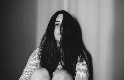 12 eindeutige Zeichen dafür, dass du unglücklich im Leben bist
